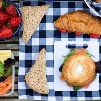 Cadre de pique-nique avec différents sandwiches et baies