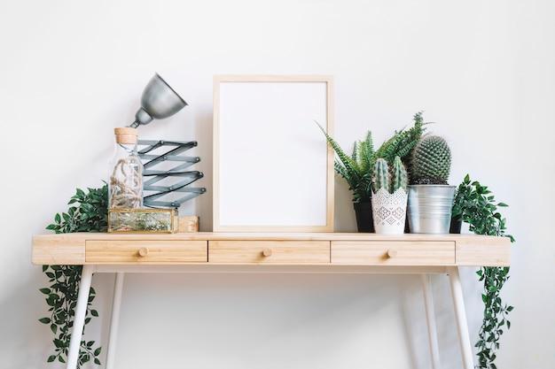 Cadre et plantes sur le bureau