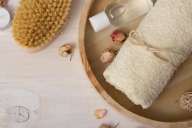 Cadre plat avec articles de bain sur fond en bois