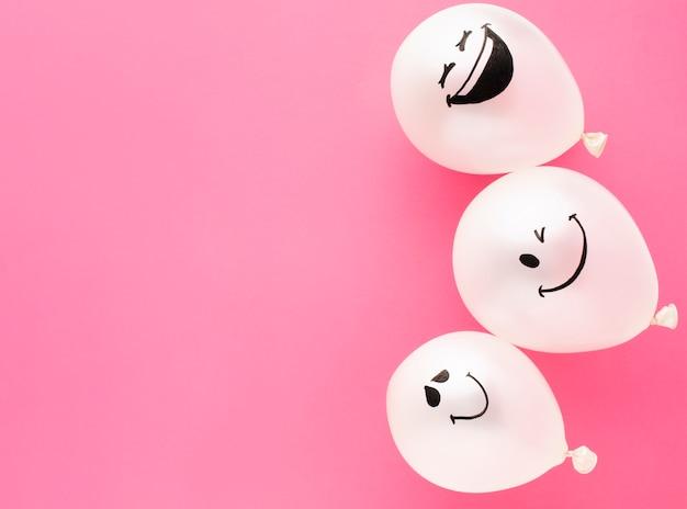 Cadre plat avec ballons drôles et espace de copie