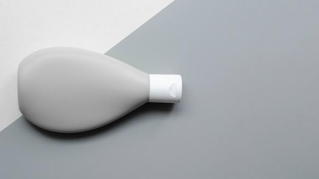 Cadre plat avec bouteille grise et espace de copie
