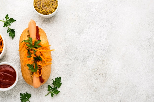Cadre plat de délicieux hot-dog