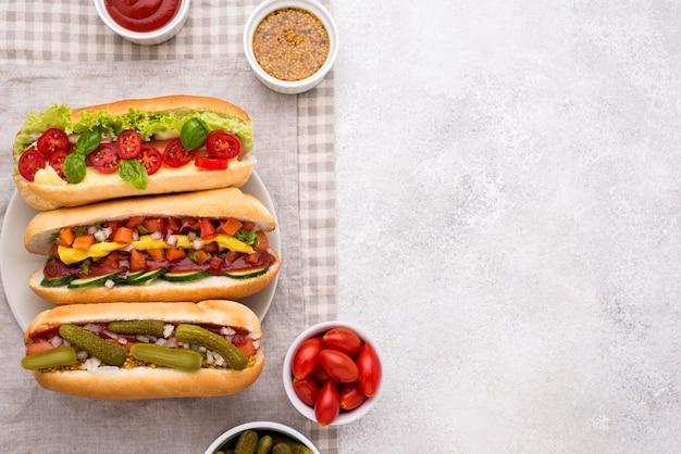 Cadre plat de délicieux hot-dogs