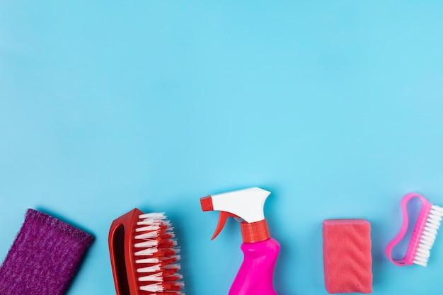 Cadre plat avec différents articles de nettoyage