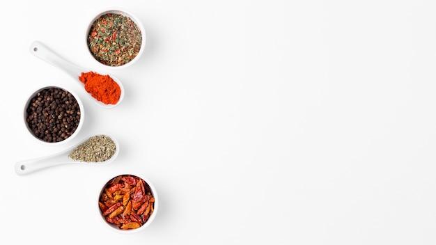 Cadre plat avec des épices dans des bols