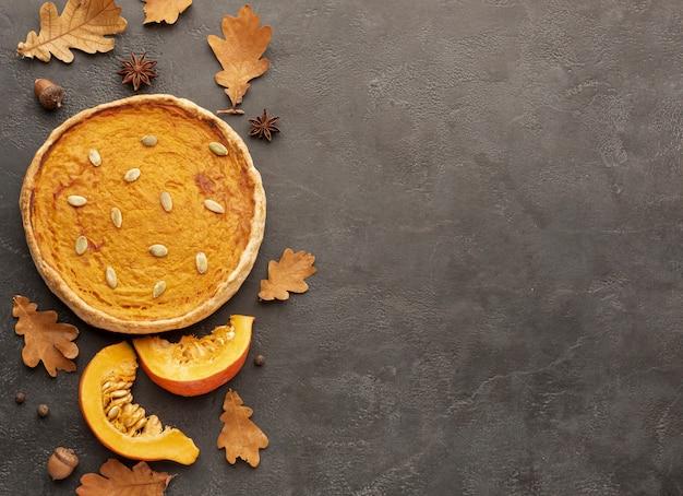 Cadre plat avec feuilles et tarte