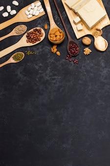 Cadre plat laïc avec des grains sur fond de stuc