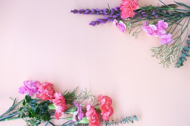Cadre plat minimal posé avec des fleurs fraîches.