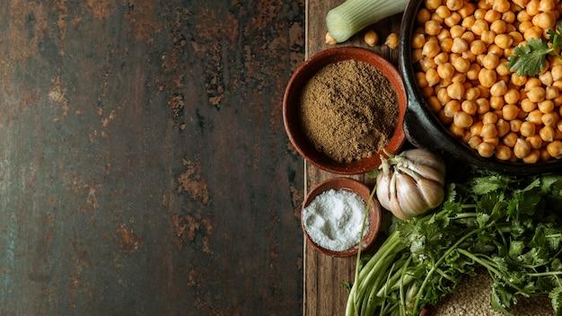 Cadre plat de nourriture juive savoureuse avec copie espace