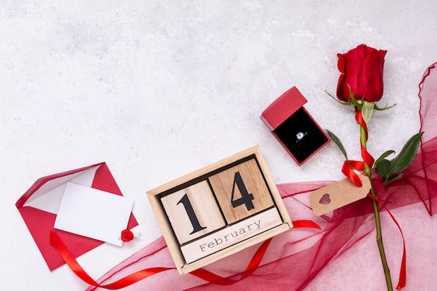 Cadre plat avec rose et bague de fiançailles