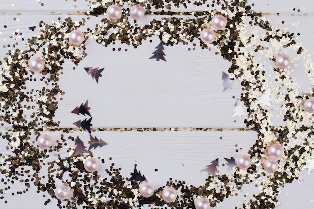 Cadre de points scintillants dorés pour les vacances de noël. cadre de nouvel an sur fond en bois blanc avec espace de copie. carte de voeux de vacances d'hiver.