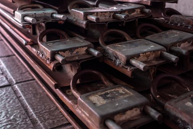 Un cadre de porte de serrure rouille vieilli sur le plancher peu profond.
