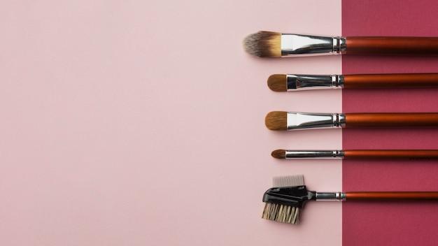 Cadre de pose plat avec pinceaux de maquillage et espace de copie