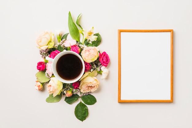 Cadre près de la composition de boisson et de fleurs