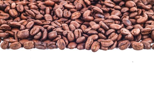 Cadre rayé de grains de café torréfiés isolé sur blanc utiliser comme arrière-plan
