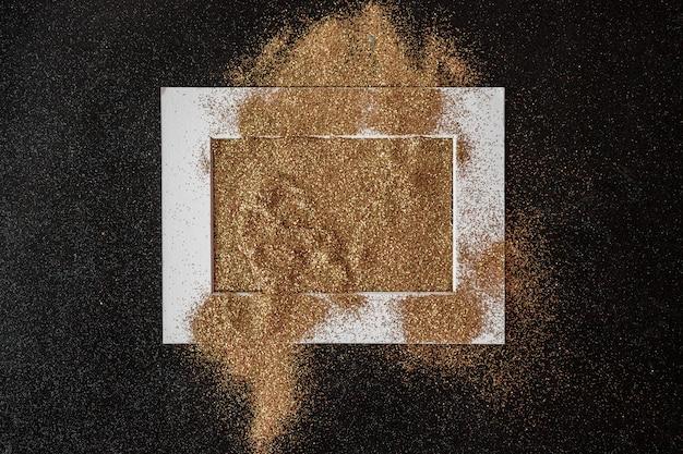 Cadre recouvert de paillettes sur la table