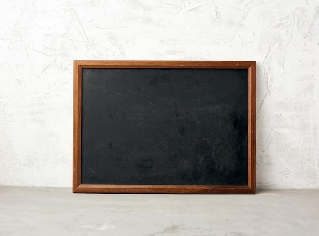 Cadre rectangulaire en bois vide, tableau noir pour écrire une liste de tâches