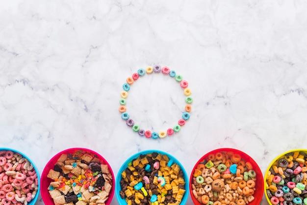 Cadre rond de céréales avec différents bols