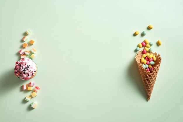 Cadre rond de cônes de bonbons et gaufres assortis avec cupcake