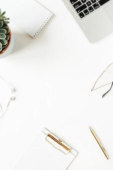 Cadre rond de l'espace de travail de bureau à domicile avec espace copie vierge maquette presse-papiers, ordinateur portable, casque, lunettes, succulent sur blanc