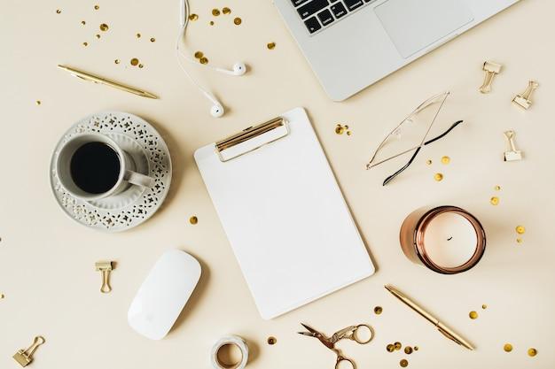 Cadre rond de l'espace de travail de bureau à domicile avec espace de copie vierge pour ordinateur portable mock up presse-papiers casque papeterie café sur surface beige