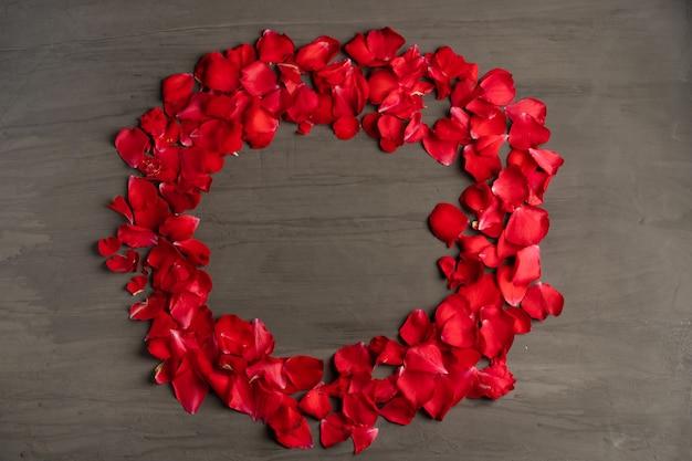 Un cadre rond fait de pétales de rose