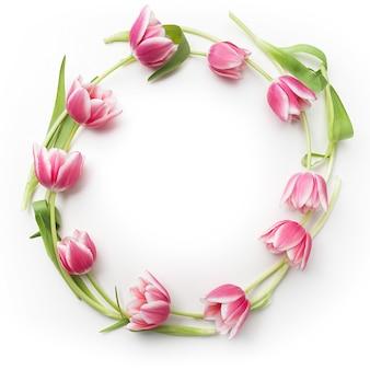 Cadre rond avec des fleurs de tulipes