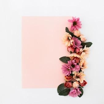 Cadre rose avec des fleurs autour