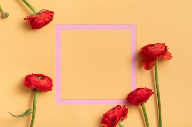 Cadre rose avec fleurs rouges