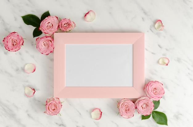 Cadre rose avec des roses élégantes