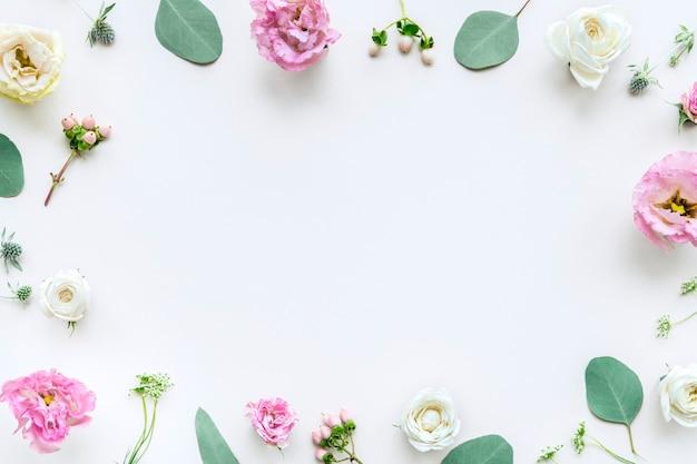 Cadre de roses d'avalanche sur fond blanc