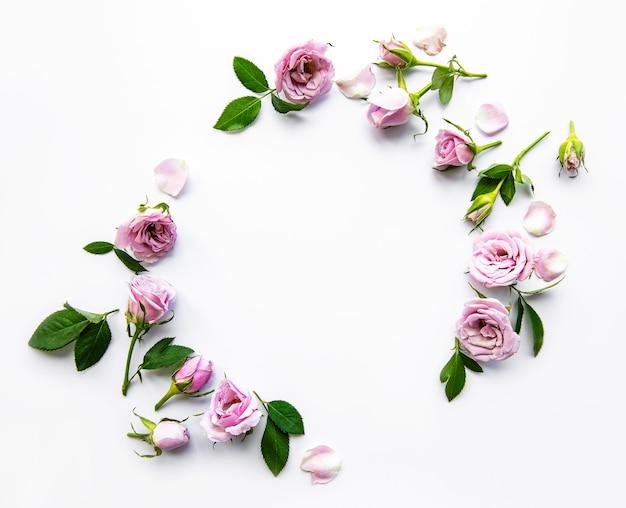 Cadre de roses sur fond blanc. mise à plat.