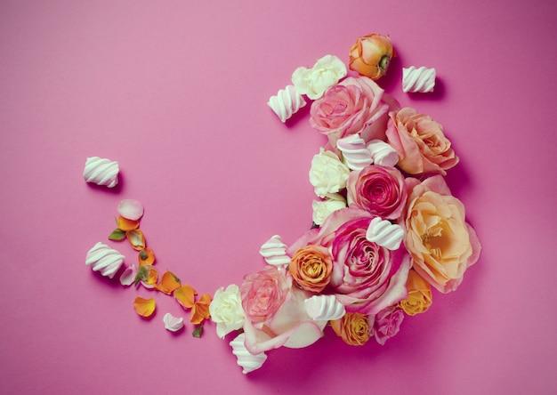 Cadre de roses vivantes. beau fond floral. modèle de carte pour les vacances ou le mariage avec espace créatif pour le texte.