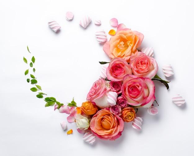 Cadre de roses vivantes. beau fond floral. modèle de carte pour les vacances ou le mariage avec un espace créatif pour le texte.