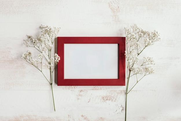 Cadre rouge avec fleurs blanches