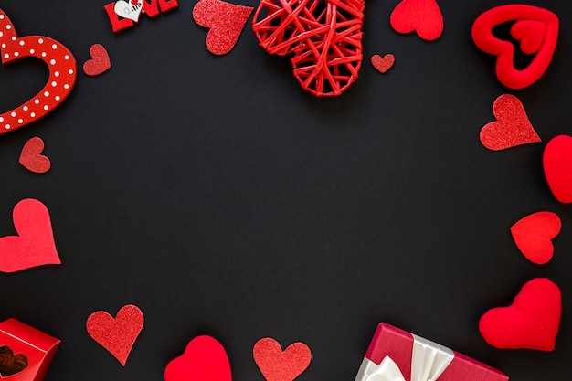 Cadre saint valentin avec coeurs et cadeau