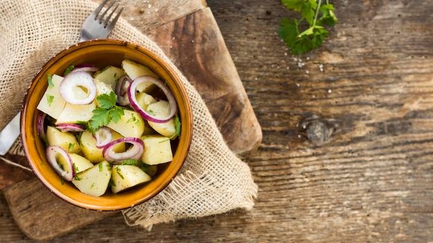 Cadre de salade de pommes de terre vue de dessus avec espace copie