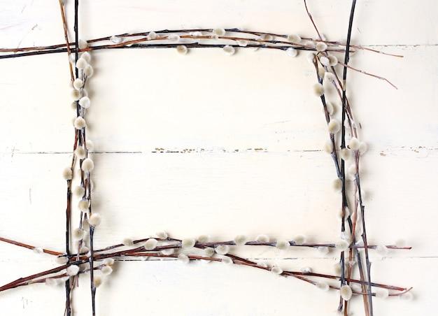 Cadre de saule sur fond de bois vintage blanc composition printemps pâques
