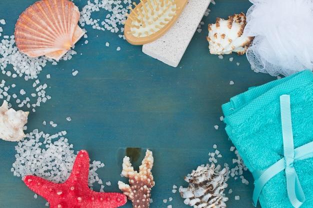 Cadre de sel de mer et coquillages sur table bleue