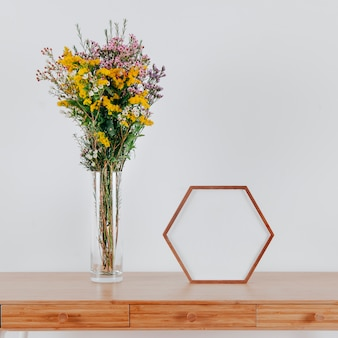 Cadre à six pans creux sur la table près des fleurs