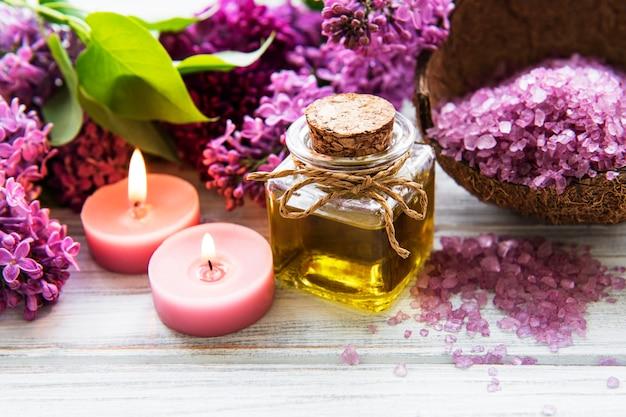 Cadre de spa avec des fleurs lilas