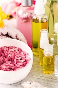 Cadre de spa avec des roses roses et de l'huile d'arôme, style vintage