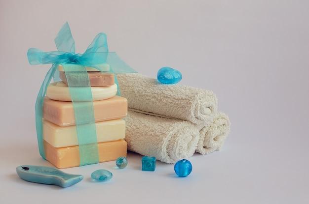 Cadre de spa avec des savons naturels