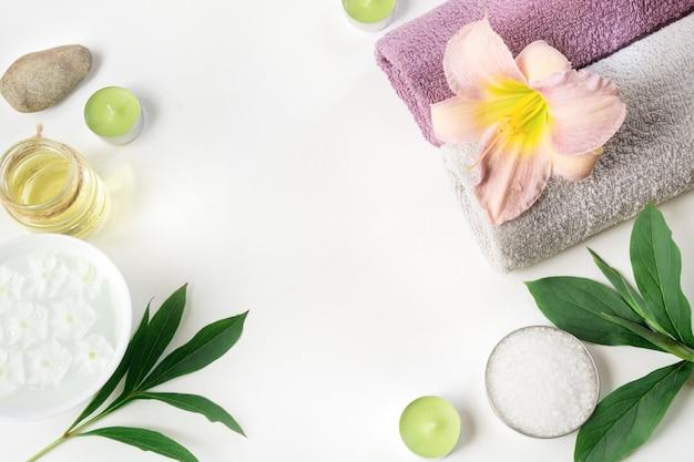 Cadre de spa de serviette, fleur isolé sur blanc avec espace de copie.
