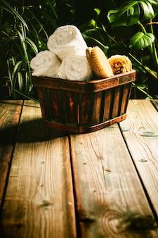 Cadre de spa tropical - contre une scène tropicale rustique