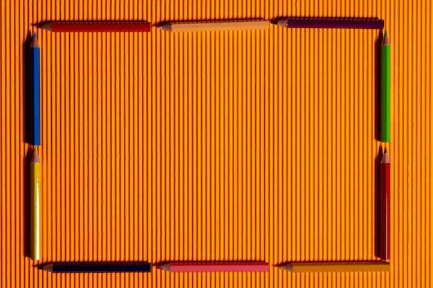 Cadre de stylo de couleur sur fond orange.