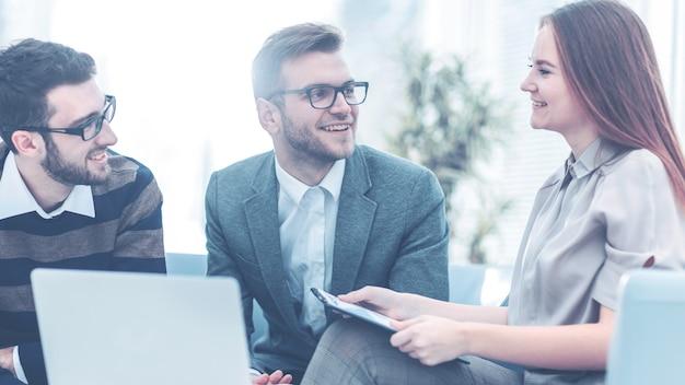 Cadre supérieur et membres de l'équipe commerciale discutant d'un plan financier de développement de l'entreprise i...