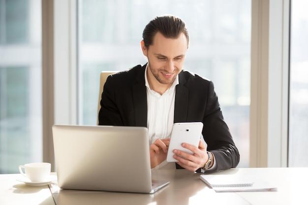 Cadre supérieur utilisant une application mobile pour la banque