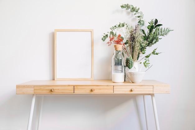 Cadre sur la table décorative