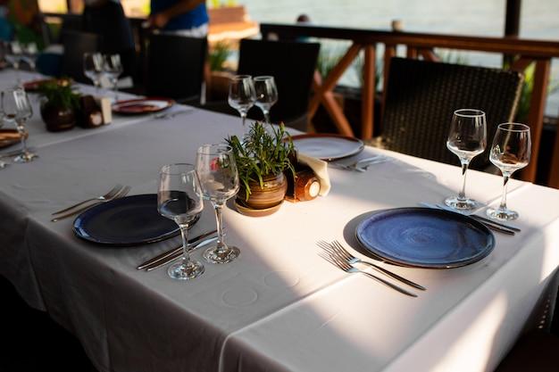 Cadre de table élégant dans un restaurant en plein air.